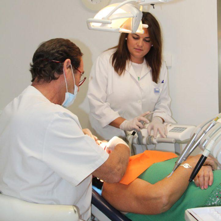 Doctor Andrés Terán en Clínica dental Molviedro